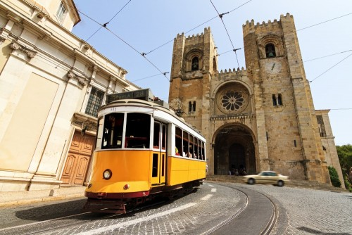 lisbon-katedra-z-tradycyjnym-zoltym-tramwajem-w-lisbon-portugalia