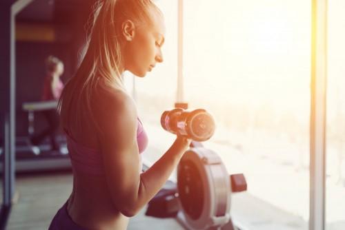 silne-i-piekne-sportowe-kobieta-trening-na-silowni