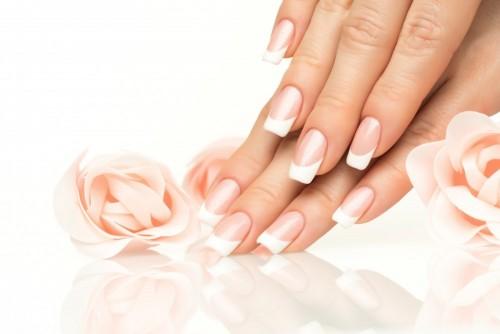 kobiet-reki-z-francuskiego-manicure-close-up