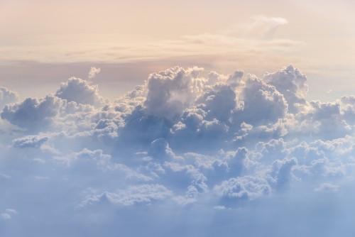 chmury-i-niebo-z-okna-samolotu