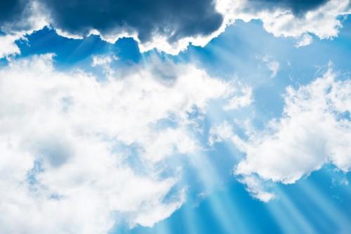 biale-puszyste-chmury-na-niebieskim-niebie