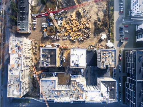 budowa-z-dzwigiem-i-budynkiem-widok-z-lotu-ptaka