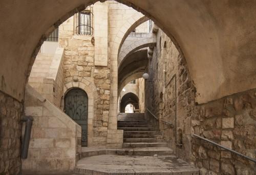 izrael-jerozolima-stare-miasto-ukryte-przejscie-kamienne-schody-i-luk