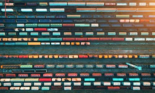 widok-z-gory-pociagow-towarowych-widok-z-lotu-ptaka-od-latajacego-trutnia-kolorowych-pociagow-towarowych-na-stacji-kolejowej-wagony