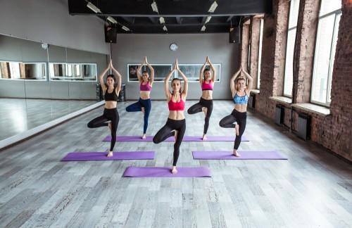 zajecia-jogi-koncepcja-fitness-trening-sport-joga-i-ludzie-usmiechniete-kobiety-robi-cwiczeniu-w-gym