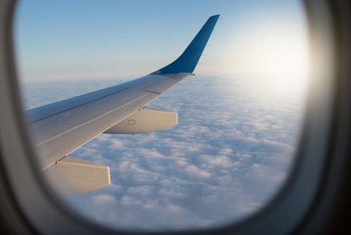 widok-przez-okno-samolotu-oscieznica-ponad-chmurami-widoczna-czesc-skrzydla-i-chmur-podroz-koncepcyjna