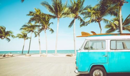 zabytkowy-samochod-zaparkowany-na-tropikalnej-plazy-nad-morzem-z-deska-surfingowa-na-dachu-wypoczynek-w-lecie-efekt-retro