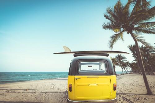 tyl-zabytkowego-samochodu-zaparkowanego-na-tropikalnej-plazy-nad-morzem-z-deska-surfingowa-na-dachu-wypoczynek-w-lecie-efekt-koloru