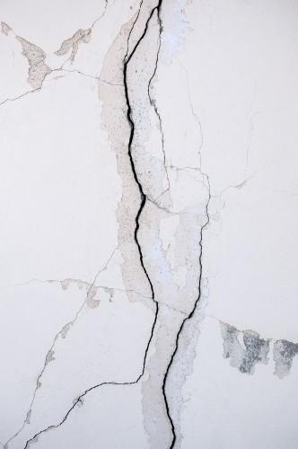 oryginalne-tlo-naturalnego-tynku-cementowego-na-scianie-szarej-rowniny-z-tekstura-pekniec-i-cegiel