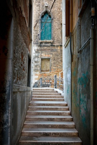 waska-uliczka-ze-schodami-w-wenecji-wlochy