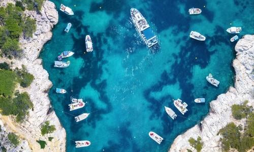 jachty-nad-morzem-we-francji-widok-z-lotu-ptaka-luksusowa-splawowa-lodz-na-przejrzystej-turkus-wodzie-przy-slonecznym-dniem-letni-k