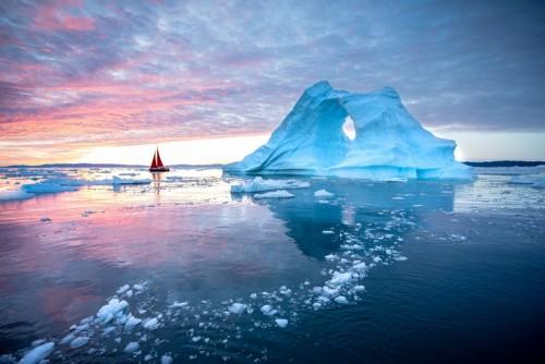 mala-czerwona-zaglowka-plywajaca-wsrod-plywajacych-gor-lodowych-w-lodowcu-disko-bay-podczas-polnocnego-sezonu-letniego-polarnego-iluliss