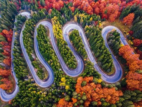 kreta-droga-z-przeleczy-gorskiej-w-sezonie-jesiennym-z-pomaranczowym-lasem-widok-z-lotu-ptaka-przez-drona-rumunia