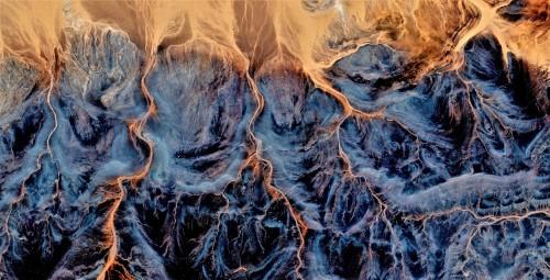abstrakcyjna-fotografia-pustyn-afryki-z-powietrza-widok-z-lotu-ptaka-abstrakcyjny-ekspresjonizm-sztuka-wspolczesna-abstrakcyjny-nat