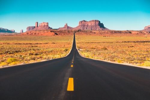 dluga-droga-w-pomnikowej-dolinie-przy-zmierzchem-usa
