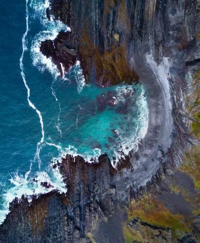 drone-widok-rosyjski-polnocno-morskiego-brzegu-regionu-polarnego-polwysep-rybachiy-z-widokiem-na-morze-barentsa-ocean-arktyczny