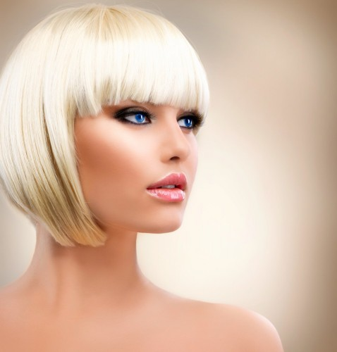 kobieta-o-blond-wlosach-w-stylowym-makijazu