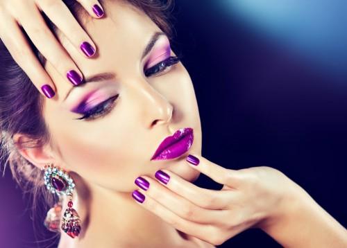kobieta-z-fioletowym-makijazem