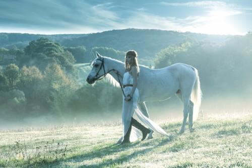 piekne-zmyslowe-kobiety-z-bialym-koniem