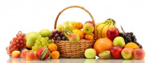 asortyment-warzyw-i-owocow-w-koszyku-na-bialym-tle