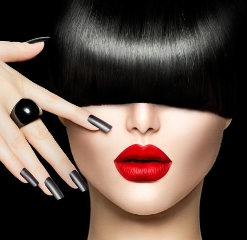 piekna-kobieta-z-modna-fryzura-makijazem-i-manicure