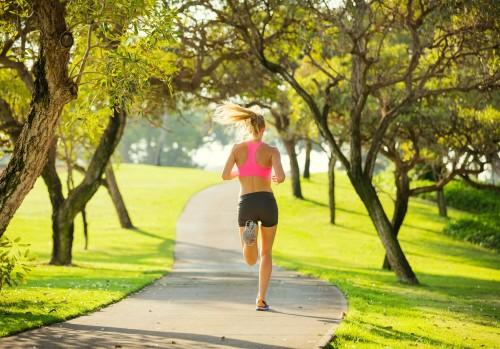 kobieta-biega-w-parku