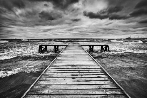 stary-drewniany-podczas-burzy-na-morzu-dramatyczne-niebo