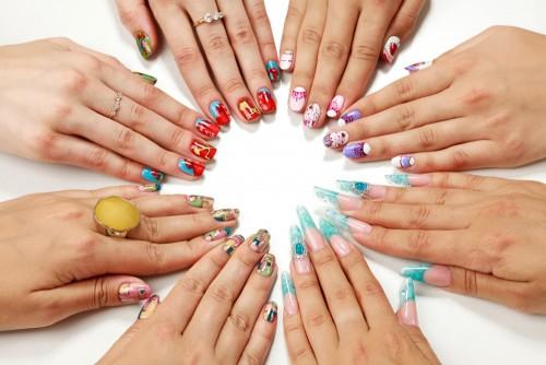kobiece-rece-z-roznych-paznokci