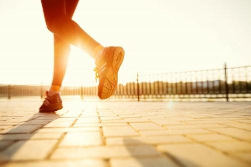 biegaczow-cieki-biega-na-drogowym-zblizeniu-na-bucie-fitness-kobieta-sunri