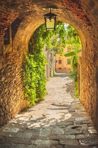 stare-pelne-zieleni-uliczki-sredniowiecznego-miasta-toskanii