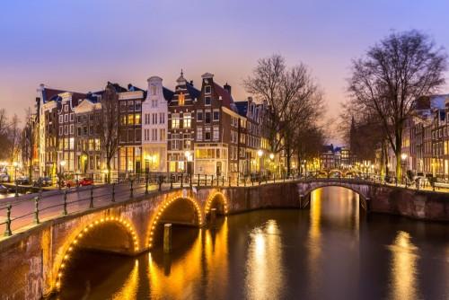 amsterdamskie-kanaly-wieczorem-holandia