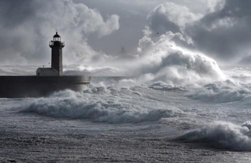 fale-burza-nad-lighthouse-portugalia-wzmocnione-niebo