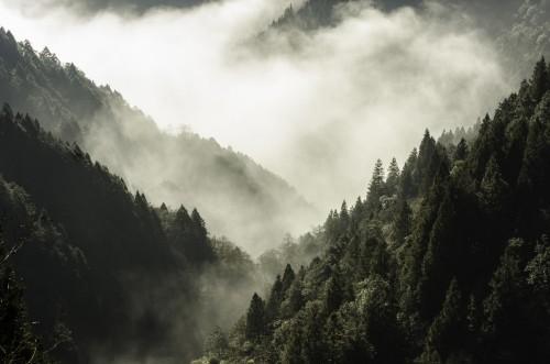 wysoka-gora-w-mgle-i-chmurze