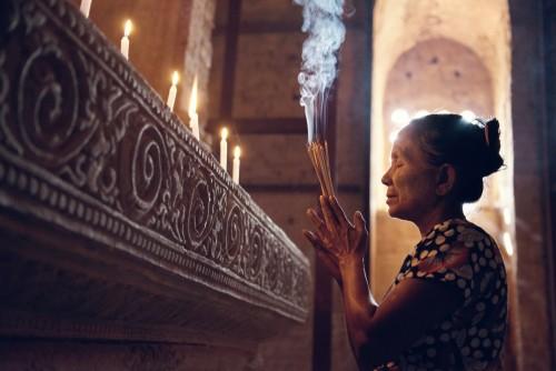 birmanska-kobieta-modli-sie-w-swiatyni